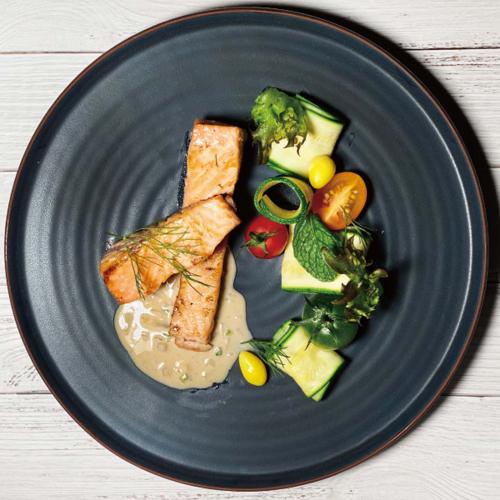 香煎鮭魚佐蒔蘿檸檬奶油醬 / Pan seared salmon with dill and lemon butter sauce Saumon poêlé à l'aneth et sauce au beurre au citron
